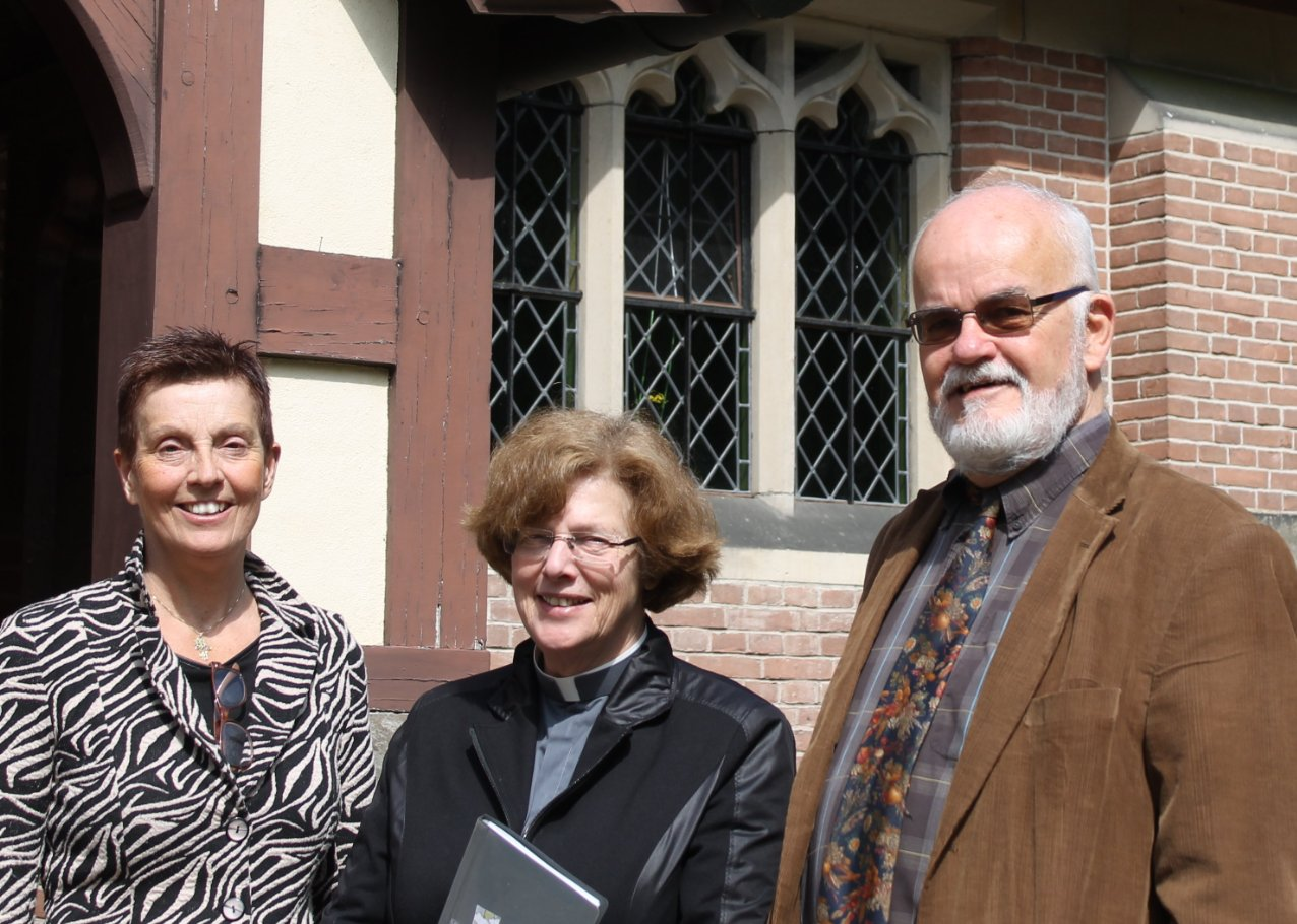 Chaplain Alja Tollefsen flanked by the newly commissioned churchwardens Jeanet Luiten and Blair Charles.